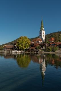 Seeufer und Pfarrkirche in Sipplingen am Bodensee, Baden-Württemberg, Deutschland
