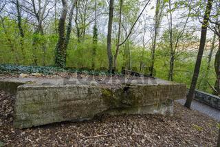 Reste eines Flakturmes auf dem Gro§en Bunkerberg - auch Mont Klamott genannt, im Volkspark Friedrichshain, Berlin, Deutschland
