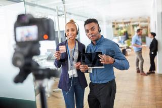 Business Leute mit Headset vor der Video Kamera