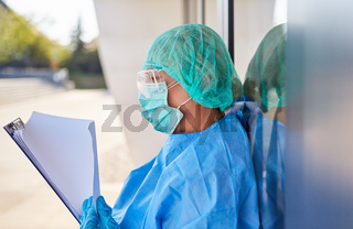 Pflegepersonal vor Klinik studiert Liste für Kontaktverfolgung