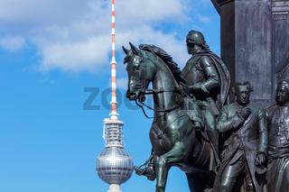 Berlin Unter den Linden / Detail Denkmal Friedrich II und Fernsehturm, Berliner Architektur