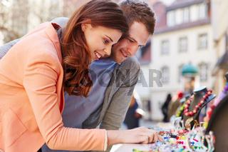 Paar beim Shopping schaut Schmuck an