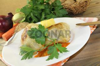 Kohlroulade mit Kartoffeln und Petersilie