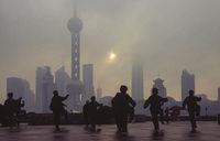 Shanghai, China, Tai Chi vor der Skyline von Pudong mit Wolkenkratzern und Fernsehturm