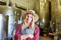 Frau als Winzer oder Bierbrauer in Weinkellerei