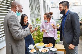 Business Leute beim Smalltalk in der Mittagspause