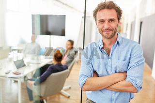 Business Mann als erfolgreicher Gründer