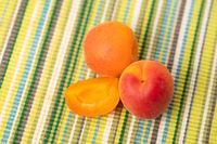 Frische Aprikose ganz und als Stückchen