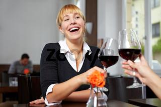 Lachende Frau mit Rotwein