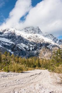 Wanderweg im Wimbachgries mit Blick auf das Hochkaltermassiv, NP Berchtesgaden, Deutschland