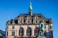 halle saale, deutschland - 17.06.2019 - historisches stadthaus mit händel-denkmal