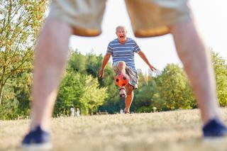 Zwei Senioren spielen zusammen Fußball