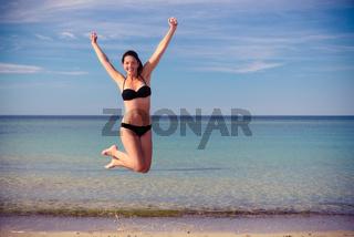Agile junge Frau springt vor Freude