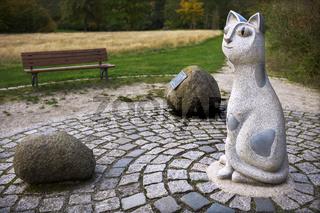 Katze, Steine und Bank