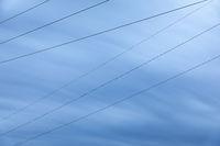 Stromleitungen vor blauem Himmel, Langzeitbelichtung