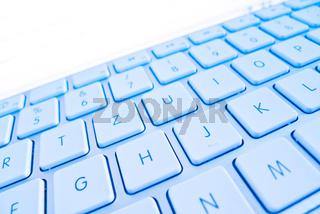Tastatur eines Computers vor Bildschirm