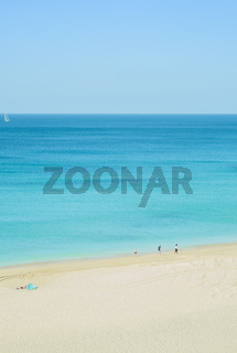 junge familie an einsamem strand