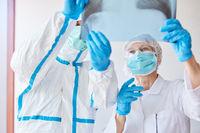 Ärzte mit Röntgenbild von Lungenentzündung