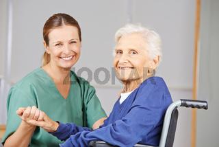 Krankenschwester und Patientin im Pflegeheim