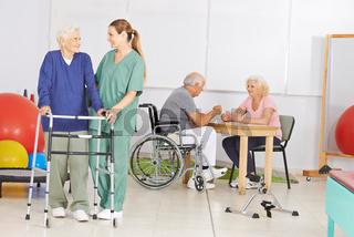 Senioren mit Krankenpfleger im Seniorenheim