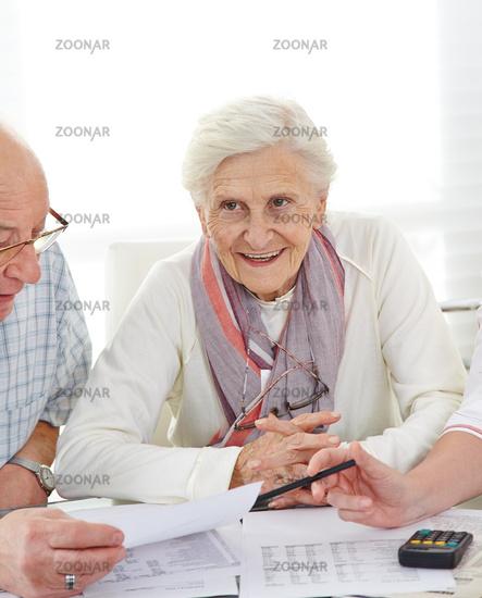 Paar Senioren diskutiert Altersvorsorge