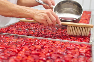 Bäcker backt großen Erdbeerkuchen