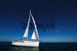 Segelboot unter Sternenhimmel