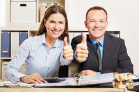 Bürokaufleute halten Daumen hoch