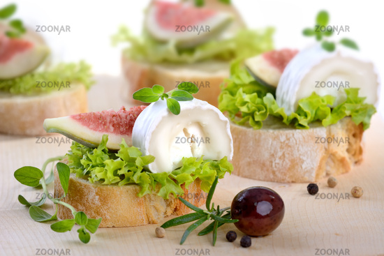 Finger food with goat cheese
