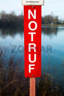 Schild mit Schriftzug Notruf