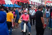 Singapur, Republik Singapur, Mann mit Mundschutz auf einem belebten Basar in Chinatown