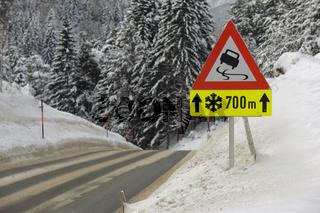 Warnschild vor Schnee und Eis