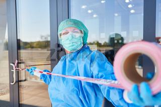 Absperrung an Tür von Klinik in Quarantäne wegen Coronavirus