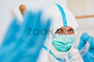 Arzt zeigt Hand als Abstand halten Zeichen während Coronavirus Pandemie