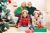 Strahlende Kinder bei Großeltern zu Weihnachten