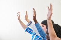 Schüler heben Hände im Unterricht