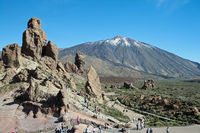Roques de Garcia, lava rock formations, behind them the Pico del Teide, 3718m, Parque Nacional de las Cañadas del Teide, Teide National Park, UNESCO World Heritage Site, Tenerife, Canary Islands, Spain, Europe