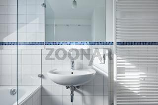 Modernes weißes Bad mit Waschbecken und Badewanne