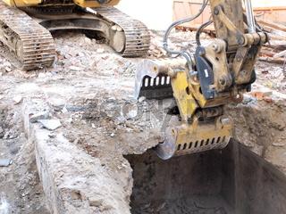 Baggerschaufel beim Abriss eines Kellers