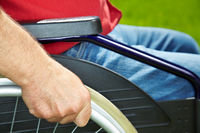 Hände am Rollstuhl