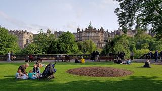 Nachmittag im Princes Street Park und Bürgerhäuser in der Altstadt von Edinburgh