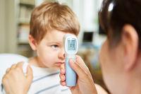 Kinderärztin beim Fieber messen bei einem Kind