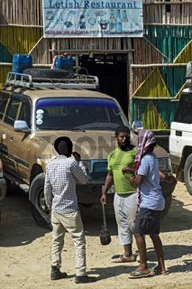 Gespräch unter Fahrern an der letzten Verpflegungsstelle vor der Danakil Salzwüste, Berhale, Äthiopi