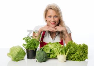 hausfrau präsentiert gemüse und kräuter
