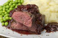 Hälften eines Steaks mit Kartoffelpüree