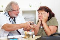 Arzt verschreibt viele Medikamente