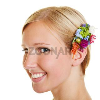 Portrait einer Frau mit Haarschmuck aus Blumen