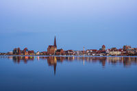 Blick über die Warnow auf die Stadt Rostock am Abend