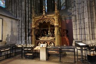 Opferkerzen und Opferstock vor einer Pietà im Kölner Dom