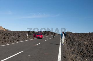 Touristen auf der Landstraße im Teide-Nationalpark, Teneriffa, Kanaren, Spanien, Europa